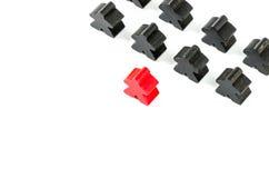 Bonecas de madeira pretas e vermelhas coloridas Foto de Stock Royalty Free