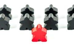 Bonecas de madeira pretas e vermelhas coloridas Imagem de Stock Royalty Free