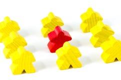 Bonecas de madeira vermelhas e amarelas coloridas Fotografia de Stock