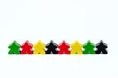 Bonecas de madeira vermelhas, verdes, amarelas e pretas coloridas Imagem de Stock Royalty Free