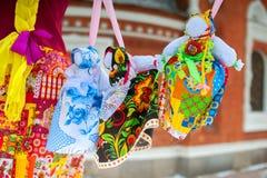 Bonecas de Maslenitsa do russo em vestidos tradicionais Fotos de Stock