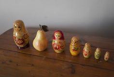 Bonecas de Matryoshka com a pera entre eles fotografia de stock royalty free