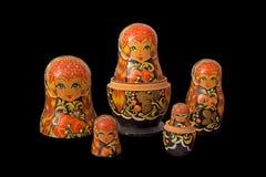 Bonecas de Matryoshka no fundo preto com trajeto de grampeamento Imagem de Stock