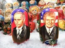 Bonecas de Matryoshka ou bonecas do russo na venda o mercado Imagens de Stock