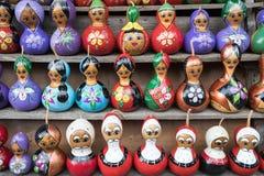 Bonecas de Matryoshka para a venda na mesa Foto de Stock