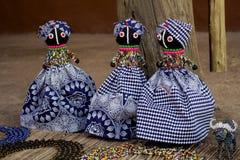 Bonecas de pano africanas Grânulos feitos a mão, roupa das telas Mercado local do ofício Imagem de Stock