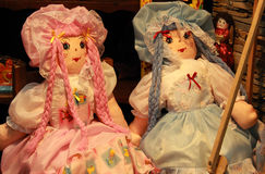 Bonecas de pano em uma feira fotos de stock