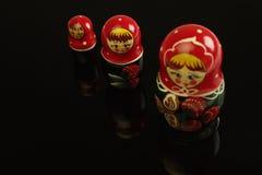 Bonecas do assentamento de Matryoshka foto de stock