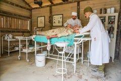 Bonecas do doutor na sala de operação, tempo de guerra WW1 fotografia de stock royalty free