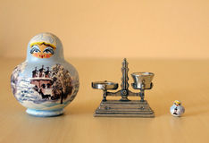Bonecas e escala de Matryoshka Fotografia de Stock Royalty Free