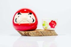 Bonecas japonesas e copo pequenos na madeira Fotos de Stock Royalty Free