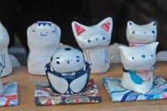 Bonecas japonesas tradicionais cerâmicas do kappa do gato do porco do samurai foto de stock