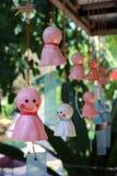 Bonecas para a chuva, cerâmico, escudos no balcão, rosa e branco fotografia de stock