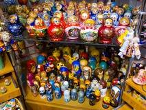 Bonecas para a venda, St Petersburg do russo Fotos de Stock