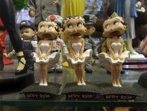Bonecas pequenas bonitos das mulheres que expressam a excitação Fotografia de Stock