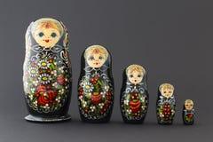 Bonecas pretas bonitas do matryoshka Imagens de Stock