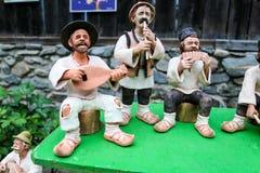 Bonecas romenas tradicionais Muromets como exposto aos produtos romenos tradicionais no museu romeno Nicolae Gusti da vila fotografia de stock