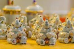 Bonecas tailandesas bonitos do elefante de Benjarong feitas da cerâmica Boneca cerâmica do elefante tailandês tradicional para a  imagem de stock