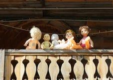 Bonecas velhas de épocas soviéticas no balcão de uma construção histórica imagem de stock