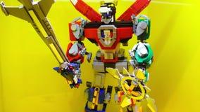 Boneco de ação de Voltron feito de tijolos de Lego vídeos de arquivo