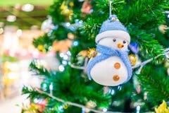 Boneco de neve ascendente próximo na árvore de Natal imagem de stock