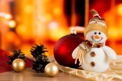 Boneco de neve, bola vermelha, bolas douradas e cones Fotos de Stock Royalty Free