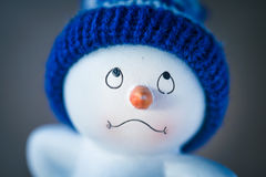 Boneco de neve bonito na tabela de madeira Imagens de Stock Royalty Free