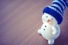 Boneco de neve bonito na tabela de madeira foto de stock
