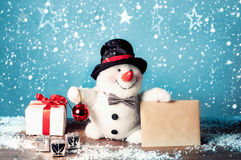 Boneco de neve com letra e presentes Imagens de Stock Royalty Free