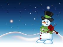 Boneco de neve com o chapéu, a camiseta verde e o lenço verde jogando o violino com fundo da estrela, do céu e do monte da neve p Fotografia de Stock Royalty Free