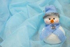 Boneco de neve com um nariz vermelho na neve Fotografia de Stock