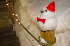 Boneco de neve contra a cena da noite do inverno Fotografia de Stock Royalty Free
