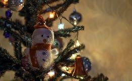 Boneco de neve do brinquedo no pinho Fotografia de Stock Royalty Free