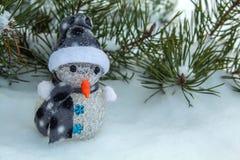 Boneco de neve do inverno sob a árvore de abeto foto de stock