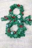 Boneco de neve do Natal feito pela grinalda do Natal foto de stock