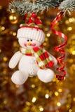 Boneco de neve do Natal no ramo de árvore do abeto foto de stock