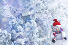 Boneco de neve do Natal que pendura em um ramo de árvore da neve Imagens de Stock Royalty Free