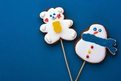 Boneco de neve dos amigos e urso de peluche em um fundo azul foto de stock