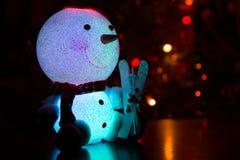 Boneco de neve em um fundo da árvore de Natal Fotos de Stock Royalty Free