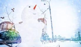 Boneco de neve em um inverno gelado, queda de neve fora no pátio de casas de painel residenciais fotos de stock royalty free