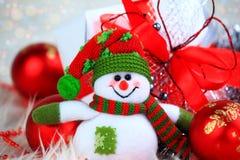 Boneco de neve engraçado no fundo de decorações do Natal Fotos de Stock Royalty Free