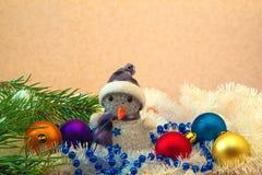 Boneco de neve entre bolas coloridas para uma árvore de Natal imagens de stock