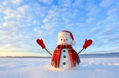 Boneco de neve eyed azul O nascer do sol ilumina o céu e as nuvens por cores mornas Refletir na neve Paisagem das montanhas Frio  imagens de stock royalty free