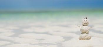 Boneco de neve feito da areia na praia Fotografia de Stock