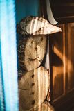 Boneco de neve de madeira com um charuto na entrada imagem de stock royalty free