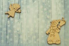 Boneco de neve de madeira de sorriso do tipo com figura da vassoura e do dom-fafe e do vintage do anjo do voo com a estrela no fu fotografia de stock royalty free