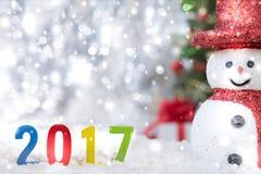 Boneco de neve na queda de neve com texto 2017 Fotografia de Stock