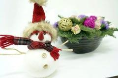 Boneco de neve no fundo do ramalhete do Natal Foto de Stock Royalty Free