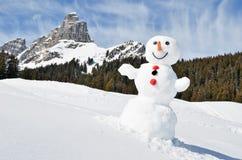 Boneco de neve nos cumes imagens de stock