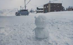 Boneco de neve pequeno na rua fotografia de stock royalty free